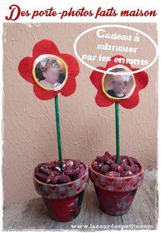 Un bricolage cadeau d'anniversaire pour maman : des porte-photos http://www.lacourdespetits.com/bricolage-cadeau-anniversaire-maman/ #fetedesmeres #cadeau #portephoto