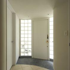ひかりと雲の家(師岡の家)の部屋 ガラスブロックに包まれた玄関ホール