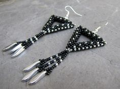 Černostříbrné trojúhelníky s jazýčky Šité náušnice z korálků Toho,doplněné stříbrnými jazýčky