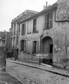Vieil immeuble devant être démoli à Montmartre, Paris, France en 1930. (source Getty Images). Mais ne s'agirait-il pas plutôt de l'entrée du Musée de Montmartre ?