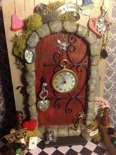 Alice in wonderland fairy door! By Teresa's Fairy doors. Quite the fairy door Fairy Garden Doors, Fairy Garden Houses, Fairy Doors, Garden Gnomes, Alice In Wonderland Garden, Wonderland Party, Magic Garden, Magic Fairy, Mini Terrarium