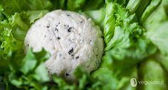 Una ricetta da mettere nei panini o da mangiare come antipasto: ecco un formaggio vegano di okara di mandorle e salvia facilissimo!