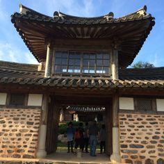 소설 태백산맥에 등장하는 벌교의 현부자네 별장. 우리 전통한옥에 일본 신사 건축양식이 혼합되어 있다. 창원 김종영 선생의 생가와 비교해볼 필요가 있다.