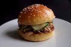 Sendvič na zahřátí | Cuketka Pulled Pork, Food Photo, Hamburger, Food And Drink, Cooking Recipes, Chicken, Baking, Ethnic Recipes, Burgers