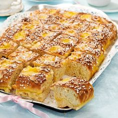 Goda vaniljfyllda bullar som bakas i långpanna. Swedish Recipes, Norwegian Recipes, Norwegian Food, Fika, Banana Bread, Cake Recipes, French Toast, Goodies, Frozen