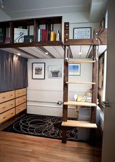 木のロフトの下には、書斎デスクを置いて。デスクは座ってしまえば、高さはきにならないので、これはいいアイデアですね。