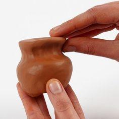 Itsekovettuva savi sopii hyvin keramiikkatekniikalla muotoiluun. Tätä tekniikkaa voidaan käyttää jalallisten tai ei jalallisten kulhojen, tarjottimien ja maljakoiden valmistamiseen. Anna valmiin työn kuivua 24-48 tuntia ennen sen maalaamista. Pottery Techniques, Savi, Clay, Anna, Clays, Modeling Dough