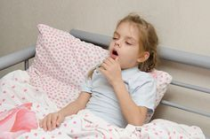 Pneumonia is highly contagious and is also life-threatening for children. Get to know the seven most important symptoms of pneumonia in children. Pneumonia In Kids, Pneumonia Symptoms, Whooping Cough, Pnemonia Remedies, Natural Remedies, How To Cure Bronchitis, Kids Cough, Home Remedies, Salud