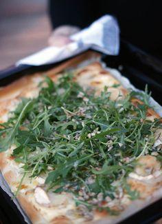 Pizza bianco med chevre, rucola, solroskärnor och brynt smör | Systrarna Eisenman