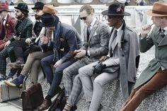 Divulgação - Todo ano, em janeiro e junho, homens fãs de moda do mundo inteiro se reúnem em Florença, na Itália. O motivo? A feira Pitti Immagine Uomo, onde mais de 400 marcas apresentam coleções de roupas e acessórios. O evento é uma boa desculpa para o público masculino ousar nos looks - alguns, até demais, com criações que causam controvérsias entre os críticos e ganham destaque (nem sempre positivo) em publicações especializadas, como as revistas GQ e NYMag.