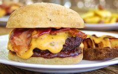 Je čas roztopit gril: Připravte si nefalšovaný cheeseburger!