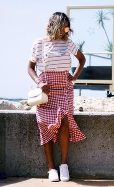 look-saia-midi-com-babado-xadrez-vichy-camiseta-listrada-tênis-branco-look-verão-tendência-2018-20