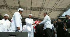Berita Islam ! Mawar Merah dari Tokoh Lintas Agama Untuk Perjuangan FPI Merawat Kebhinekaan... Bantu Share ! http://ift.tt/2wgrIRs Mawar Merah dari Tokoh Lintas Agama Untuk Perjuangan FPI Merawat Kebhinekaan  Sejumlah tokoh lintas agama menghadiri peringatan Milad FPI ke-19 di Stadion Muara Kamal Penjaringan Jakarta Utara. Tokoh lintas agama itu hadir dan memberikan bunga kepada petinggi FPI. Di antara tokoh lintas agama yang hadir ada Lieus Sungkharisma yang merupakan perwakilan Tionghoa…