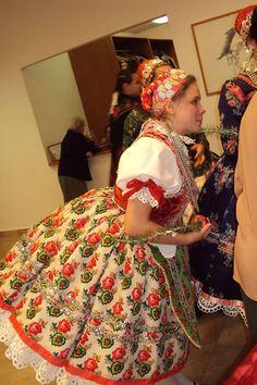 Doroszlói viselet Folk Costume, Costumes, Folk Clothing, Hungarian Embroidery, Traditional Dresses, Hungary, Embroidery Patterns, Art Decor, Culture