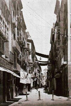 Murcia Los toldos de la calle Trapería, eficaces contra la calorina. La fotografía está recogida en la obra 'Nuestro pasado histórico', de la que es autora María Manzanera.Cuando el calor apretó hasta los 65 grados