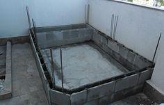 Construção de piscina e deck em madeira em cobertura.