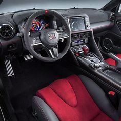 #Nissan GT-R #Nismo 2017 O #Godzilla preparado pela divisão de performance da @nissan tem motor 3.8 V8 biturbo modificado para chegar aos 600 cv de potência e 652 Nm de torque a 3.600 rpm. O câmbio é automatizado de dupla embreagem e seis marcha O interior tem couro alcântara e central multimídia com display de 8'' que também exibe informações de desempenho do carro. Detalhe na marca vermelha no volante e o quadro de instrumentos que privilegia o contagiros. Que máquina!   #CarroEsporteClube…