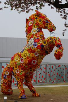 Flower Horse, nice idea however I wonder if it was created again you could find certain plants to resemble the horses fur flowers Beautiful Gardens, Beautiful Flowers, Topiary Garden, Topiaries, Horse Sculpture, Parcs, Horse Art, Zebras, Public Art