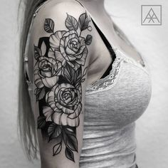Tatuagem criada por Max Vorax de Curitiba. Flores em blackwork. #tattoo #tatuagem #tattoo2me #art #arte #blackwork