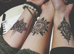 Henna tattoos are a beautiful and traditional way of doing temporary body art. Check out these 25 beautiful Henna tattoo designs to get you inspired! Sexy Tattoos, Henna Tattoos, Mini Tattoos, Body Art Tattoos, Tatoos, Small Tattoos, Floral Tattoos, Thigh Tattoos, Geometric Tattoos