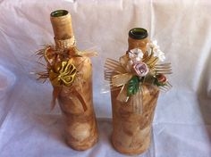 Garrafas decorativas com filtro de café e detalhes com flores preço por unidade R$10,00 Bottle Art, Bottle Crafts, Bottles And Jars, Glass Bottles, Decopage, Decoupage Glass, Altered Bottles, Diy And Crafts, Candle Holders