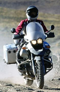 Google Image Result for http://www.mcnews.com.au/newbikecatalogue/2002/BMW/r1150gs_adventure/R1150GS_ACTION_FRONT_300p.JPG