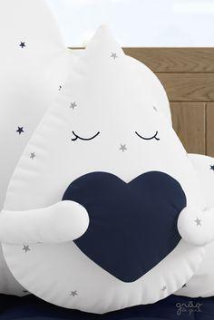 A Almofada Gotinha com Coração Azul Marinho é o toque de charme que faltava para a decoração do quarto de bebê nuvem. Clique e confira!
