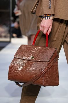 Burberry Prorsum at London Fashion Week Spring 2019 - Details Runway Photos Cheap Purses, Cheap Handbags, Cute Purses, Luxury Handbags, Fashion Handbags, Purses And Handbags, Fashion Bags, Pink Purses, Hobo Purses
