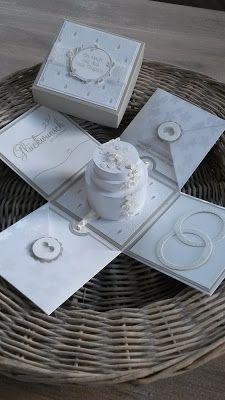 ...und so sieht die 10x10x10 cm große Explosionsbox zur Hochzeit geöffnet aus... Eine Hochzeitstorte, Eheringe, zwei Kärtchen zum rausziehen - auf einer von den beiden Kärtchen ist ein MiniUmschlag für das Geldgeschenk geklebt.
