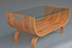 Bijzettafel van iepenhout en hardglas.Hout ambachtelijk gebogen door middel van stoom