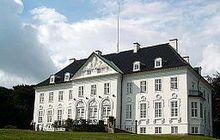 """Marselisborg Slot,,Jylland - Slottet blev bygget i 1899-1902 af arkitekten Hack Kampmann. Det var """"folkets bryllupsgave"""" til det senere kongepar, kong Christian 10. og dronning Alexandrine, der startede traditionen med at bruge det som sommerresidens. Det ligger på det tidligere Havreballegårds jorder."""