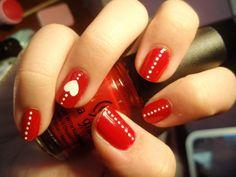 Diseños de uñas de color rojo con puntos blancos