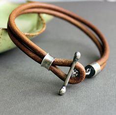 Hombres de cuero pulsera rústica Natural marrón claro hecho a mano