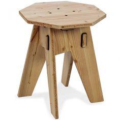 Der Hocker Achteck ist Sitzgelegenheit, Fußablage und Beistelltisch in einem. Gefertigt aus hochwertigen Douglasie-Vollholzplatten kann man ihn sowohl drinnen als auch draußen flexibel nutzen.