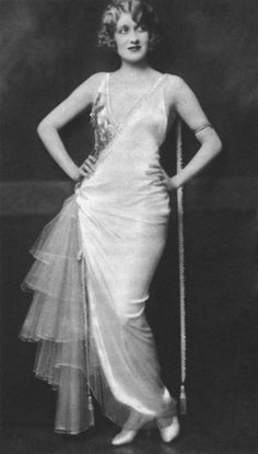 Ruth Etting performed in the Ziegfeld Follies of 1927 and the Ziegfeld Midnight Frolic of 1919 (April edition), and in Ziegfeld's musical Whoopee Moda Vintage, Vintage Vogue, Vintage Ladies, Vintage Fashion, Foto Fashion, 30s Fashion, Fashion History, Belle Epoque, Dior