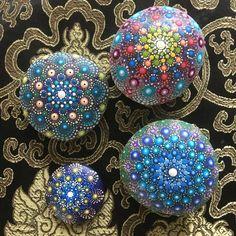 Deze met liefde en zorg gemaakte Mandala steen is geschilderd met Acrylverven en beschermd met matte vernis plus UV Protectant om verkleuring te voorkomen. Het geheel is waterdicht, breedte 6,5x6,8 cm en dikte ca. 3,5 cm.
