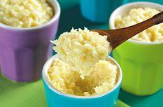 COCADA DE ABACAXI Ingredientes 2 xícaras (chá) de açúcar 1 xícara (chá) de água 4 xícaras (chá) de abacaxi cortado em cubinhos 2 ovos 1 lata de leite condensado  300 g de coco ralado  Modo de preparo Ferva o açúcar e a água por 2 minutos, ponha o abacaxi e ferva por mais 3 minutos. Junte as gemas (descarte as claras), o leite condensado e o coco ralado. No fogo baixo, e sem parar de mexer, cozinhe até que se desgrude do fundo da panela. Deixe esfriar e sirva em taças.