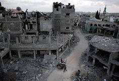 Augusztus 18. – palesztin család hagyja el az izraeli légierő által lebombázott lakónegyedét Gázában. Izrael jelezte, hogy minden gázai rakétatámadást keményen megtorol.