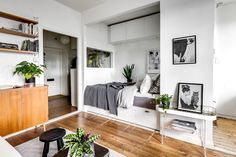 Aproape tot bugetul proprietarului acestei garsoniere de27 m² dinStockholm, Suedia a fost folosit pentru achiziționarea acestui spa...