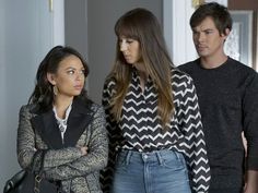 Spencer Hastings' Chevron Shirt on Pretty Little Liars Pretty Little Liars Spencer, Pretty Little Liars Seasons, Pretty Little Liars Fashion, Shay Mitchell, Lucy Hale, Ashley Benson, Spencer Hastings Outfits, Troian Bellisario, Female Fighter