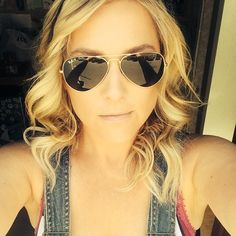 Jessica Capshaw is hot in these aviators!