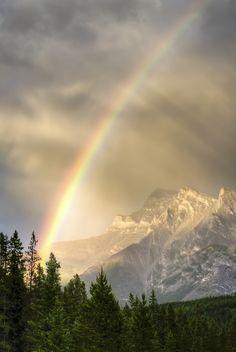 ᙢᏋяⱴᏋįℓℓɛųᎦɛ Ꮳяєαɬįσи (Rainbow Over Inglismaldie par Paul Zizka, Banff National Park, Alberta, Canada) Rainbow Sky, Love Rainbow, Over The Rainbow, Rainbow Magic, Beautiful Sky, Beautiful World, Banff National Park, National Parks, Rainbow Promise