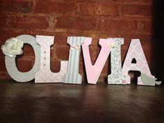 Letras decorativas de madeira.  Nome do berçário cinza e rosa.