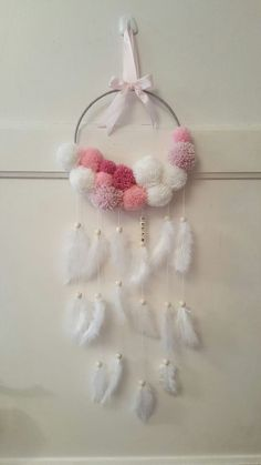 Bello aro decorativo para pared en colores blancos y tonos de rosa Pom Pom Crafts, Yarn Crafts, Diy Home Crafts, Diy Arts And Crafts, Diy Dream Catcher Tutorial, Dream Catcher Decor, Crochet Dreamcatcher, Diy Keychain, Boho Diy