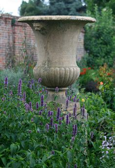 Dat is een grote!...a planter without plants...i like it for it's classical shape