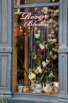 Rozen doen blozen in 2019 retail ❤: window displays витрина Vitrine Design, Store Window Displays, Spring Window Display, Retail Displays, Deco Floral, Shop Fronts, Shop Front Design, Shop Interior Design, Store Design