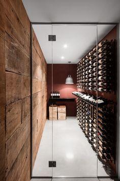 Weinkeller im Christophe Colomb Haus in Montreal Wine Cellar Design, Wine Design, Glass Wine Cellar, Cave A Vin Design, Wine Cellar Basement, Home Wine Cellars, Wine Display, Wine Wall, Italian Wine