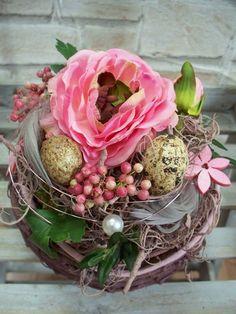 Ostergesteck im Korb mit Ranunkel,bordeaux-rosa von ...die mit den Blumen tanzt... auf DaWanda.com