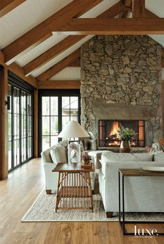 An Atlanta design team helps a pair of empty nesters feel right at home—and at one with nature—in a rustic retreat perched on the precipice of Lake Burton. Home Living Room, Living Spaces, Apartment Living, Living Area, Ideas Cabaña, Room Ideas, Architecture Résidentielle, Japanese Architecture, Sustainable Architecture
