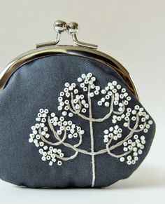 Coin purse - winter tree on gray. So adorable - by oktak on Etsyبا گره فرانسوی… Embroidery Purse, Embroidery Stitches, Frame Purse, Handmade Purses, Embroidered Bag, Fabric Bags, Jewelry Case, Change Purse, Purses And Bags